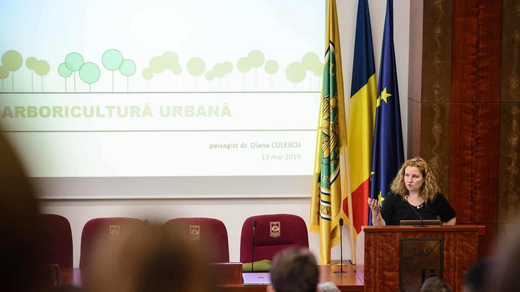 lecturing on urban arboriculture at a professional workshop (photo: Mihai Raitaru)