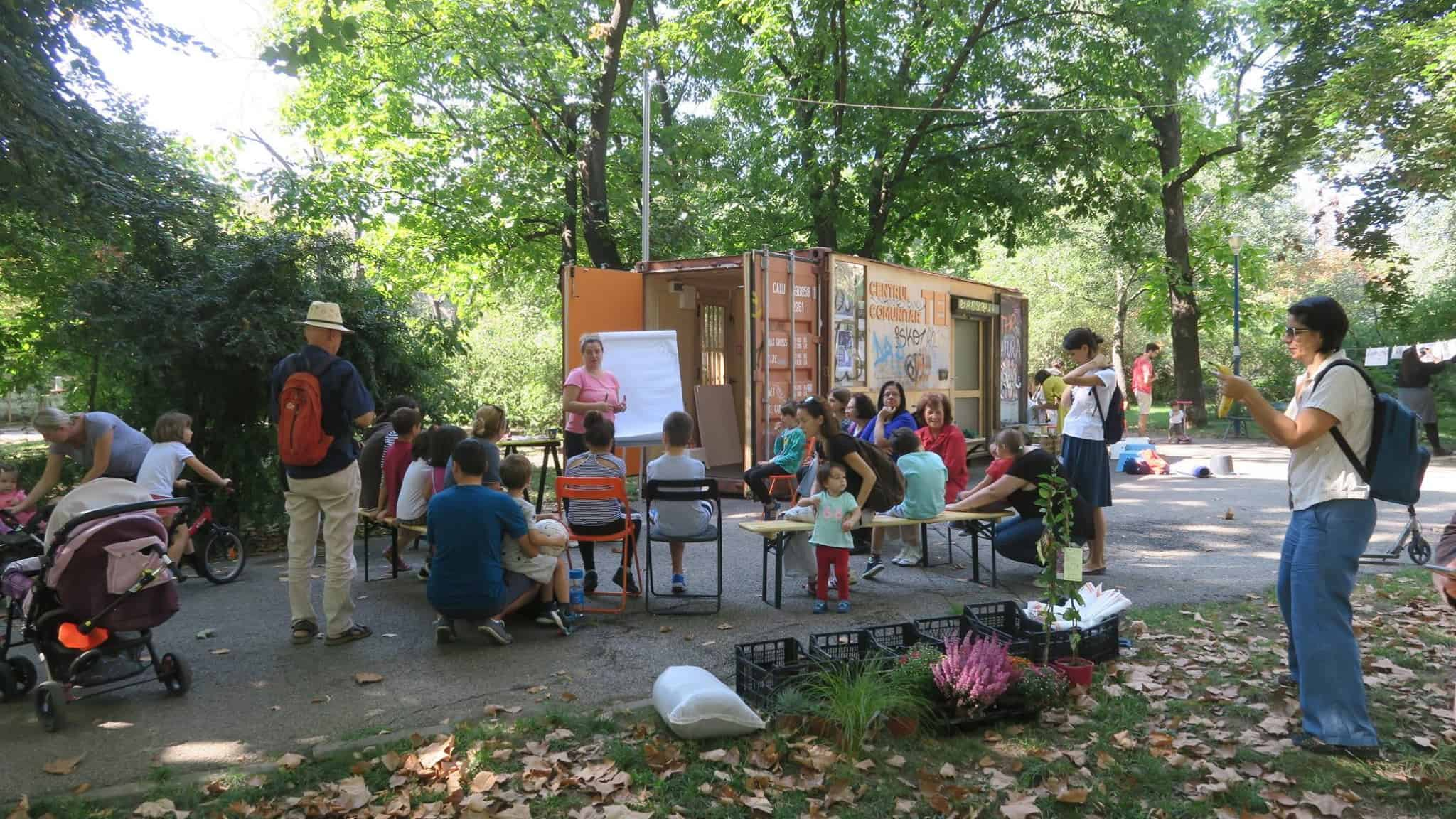 "tutoring CoLAB's ""Nature within the city"" workshop (photo: Centrul Comunitar Tei)"